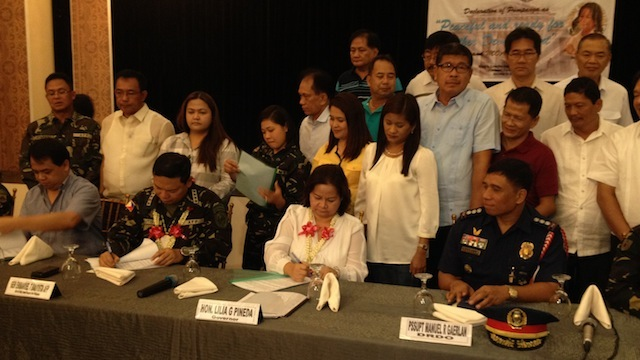 INSURGENCY-FREE: Armed Forces chief Gen Emmanuel Bautista signs a MOA turning over security operations to Pampanga Governor Lilia Pineda. Photo by Carmela Fonbuena/Rappler