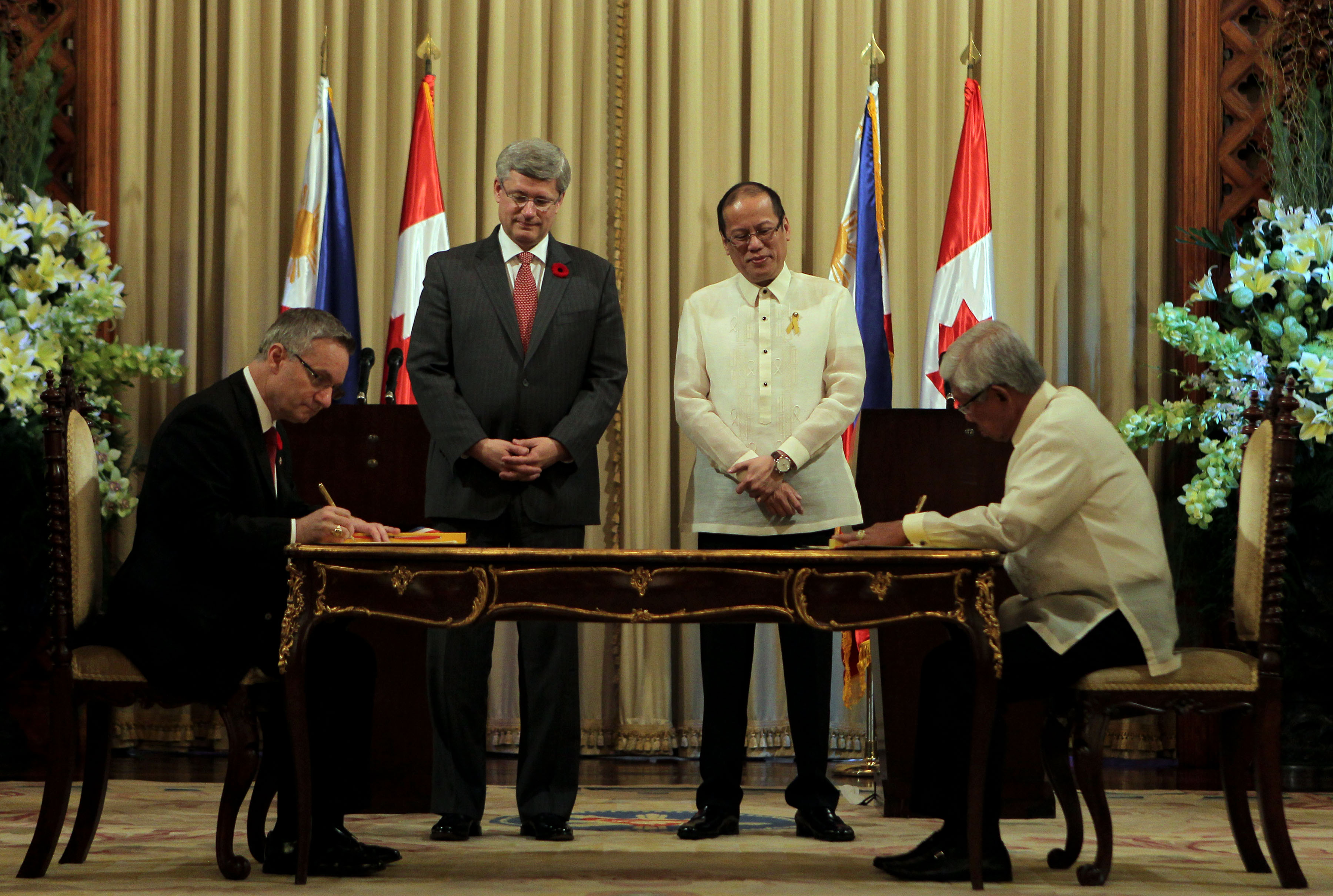 PROCUREMENT DEAL. President Benigno S. Aquino III and The Right Honourable Stephen Harper, Prime Minister of Canada, witnessed as Defense Secretary Voltaire Gazmin and Canadian Minister for International Trade Ed Fast signs the Memorandum of Understanding (MOU) between the Philippine Department of National Defense and the Canadian Commercial Cooperation on government-to-government transactions in defense and military-related procurements, at the Reception Hall, Malacañan Palace during his State Visit to the Republic of the Philippines on Saturday, November 10, 2012. Photo by: Benhur Arcayan / Malacañang Photo Bureau