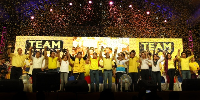 UNITED COLORS. President Benigno S. Aquino III endorses twelve Team PNOY senatorial candidates at a proclamation rally held at historic Plaza Miranda. (February 13, 2013) Photo by: Rodolfo Manabat/Malacañang Photo Bureau
