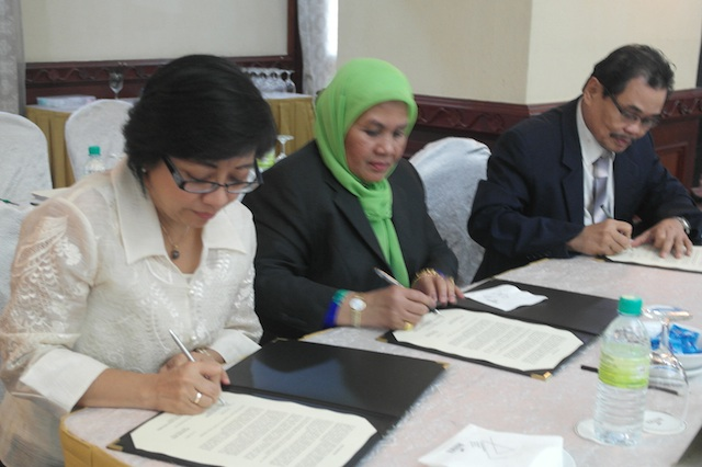 END OF ROUND 39. (L-R) Government peace panel chair Miriam Coronel-Ferrer, Malaysian facilitators' secretariat head Che Kashna, and Moro Islamic Liberation Front (MILF) peace panel chair Mohagher Iqbal sign the Joint Statement at the end of their four-day exploratory talks in Kuala Lumpur on August 25, 2013.Photo by OPAPP