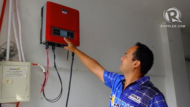 孫供電。 麥克·德·古斯曼已安裝的設備,輪流由他的太陽能電池板產生的電能轉換成可以自己供電設備的一種形式。 所有照片通過皮婭Ranada / Rappler