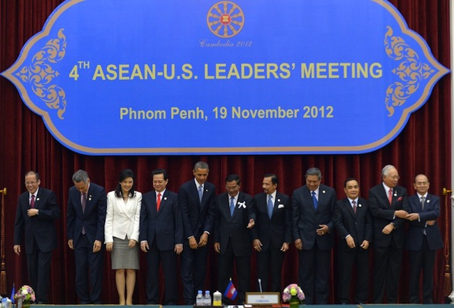 "ASEAN-U.S. LEADERS. The ""family photo"" of the Association of Southeast Asian Nations (ASEAN) and US summit at the Peace Palace in Phnom Penh on November 19, 2012. From left: Philippine President Benigno Aquino, Singapore Prime Minister Lee Hsien Loong, Thai Prime Minister Yingluck Shinawatra, Vietnamese Prime Minister Nguyen Tan Dung, US President Barack Obama, Cambodian Prime Minister Hun Sen, Brunei Sultan Hassanal Bolkiah, Indonesian President Susilo Bambang Yudhoyono, Laos Prime Minister Thongsing Thammavong, Malaysian Prime Minister Najib Razak and Myanmar President Thein Sein. AFP PHOTO/Jewel Samad"
