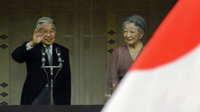 LONG LIVE THE EMPEROR. Japanese Emperor Akihito (L) and Empress Michiko (R) greet well-wishers as he celebrates his 79th birthday at the Imperial Palace in Tokyo on December 23, 2012. Japanese Emperor Akihito turned 79 on December 23. AFP PHOTO/Toru YAMANAKA