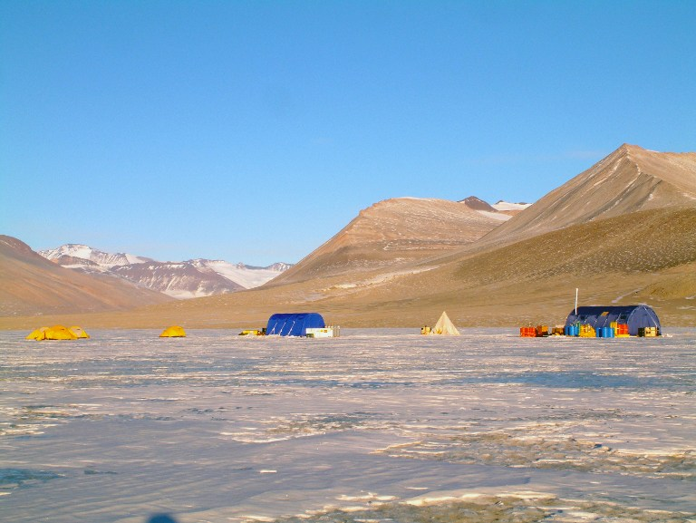 This undated photo courtesy of Desert Research Institute shows the research field camp on Lake Vida, located in Victoria Valley, the northern most of the McMurdo Dry Valleys, Antarctica.AFP PHOTO / DESERT RESEARCH INSTITUTE/ALISON MURRAY