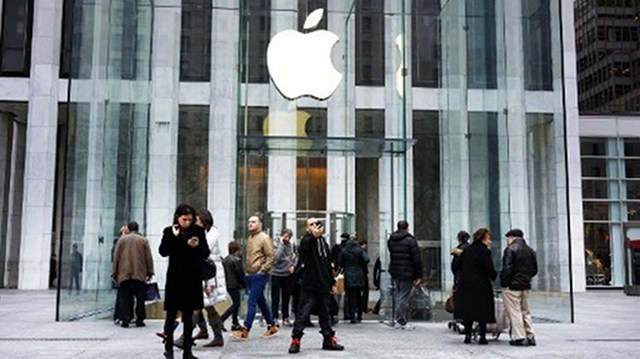 DISAPPOINTING OUTLOOK. Apple shares plunged on January 24, 2013 as markets reacted to a disappointing outlook from the US tech giant despite its record quarterly profits. This file photo of 5th avenue Apple store is from AFP