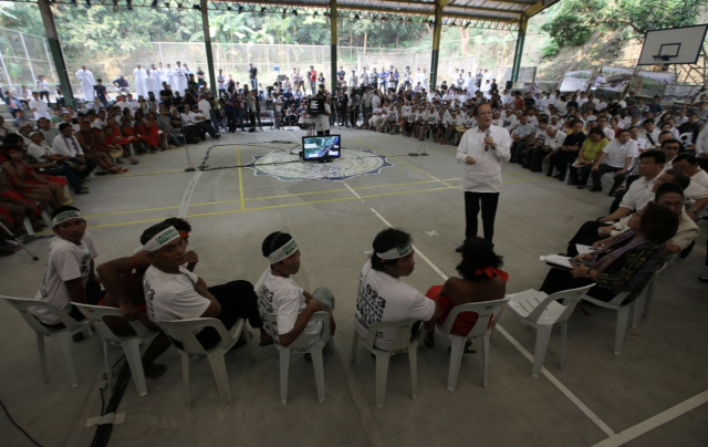 DIALOGUE. President Aquino speaks to the Casiguran Marchers. Photo by Jay Morales of the Malacañang Photo Bureau