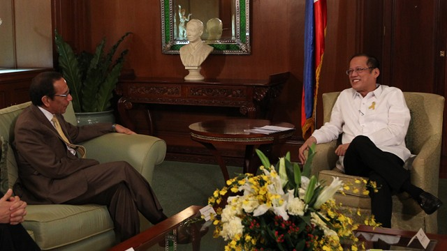 COURTESY CALL. President Benigno S. Aquino III exchanges pleasantries with Coca-Cola FEMSA chief executive officer Carlos Salazar Lomelin during the Courtesy Call at the Music Room, Malacañan Palace on January 21. Photo from Malacañang Photo Bureau