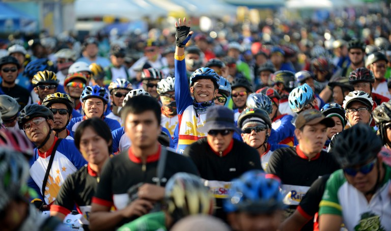 FOR NATURE. Cycling enthusiasts participate in the 14th Tour of the Fireflies in Manila on November 18, 2012. AFP PHOTO/NOEL CELIS