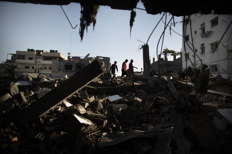 GAZA DAMAGE. Palestinians salvage for belongings from their destroyed houses following overnight Israeli air strikes on the village of Beit Lahia in the northern Gaza Strip on November 18, 2012. AFP PHOTO/MARCO LONGARI