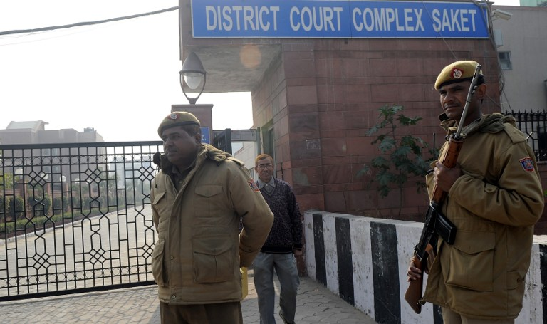 Indian police personnel stand guard outside the district court Saket in New Delhi on January 5, 2013. AFP PHOTO/ Prakash SINGH