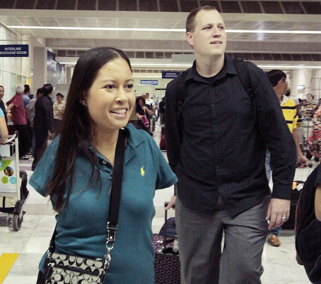 INSPIRATIONAL. Jessica Cox arrives in NAIA Terminal 2 with her husband Patrick Chamberlaine. Photo by Edwin M. Llobrera