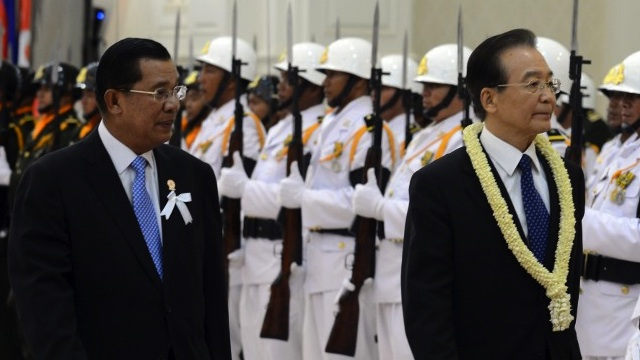 WEN AND SEN. Chinese Premier Wen Jiabao (R) accompanied by Cambodian Prime Minister Hun Sen (L) review an honour guard during an arrival ceremony at the Peace Palace in Phnom Penh on November 18, 2012, ahead of the East Asia Summit in the Cambodian capital where the 10 leaders of the Association of Southeast Asian (ASEAN) are gathered for the 21st ASEAN Summit. AFP PHOTO / ROMEO GACAD
