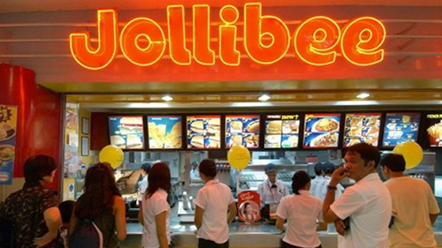 FOOD GIANT. Jollibee is the biggest buyer of chicken in the Philippines. Photo by AFP