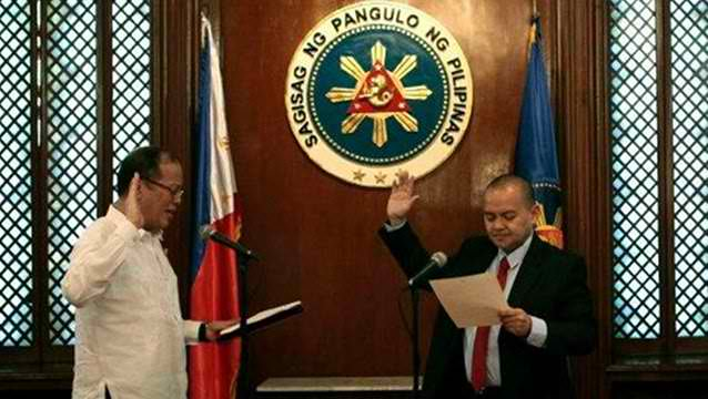 PNOY's choice. In this file photo, SC Justice Marvic Leonen takes his oath on November 21 before President Aquino. Photo courtesy of Malacaang. 