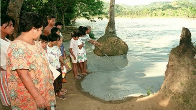 DISASTER. Villagers look at mine waste that overflowed from the Boac River after a damaged tunnel of the Marcopper Mining Corp discharged tons of copper mine tailings polluting the Boac River. The leak began when a concrete plug in an abandoned tunnel connecting Marcopper's tailings pit to the Boac River burst. Photo by AFP 
