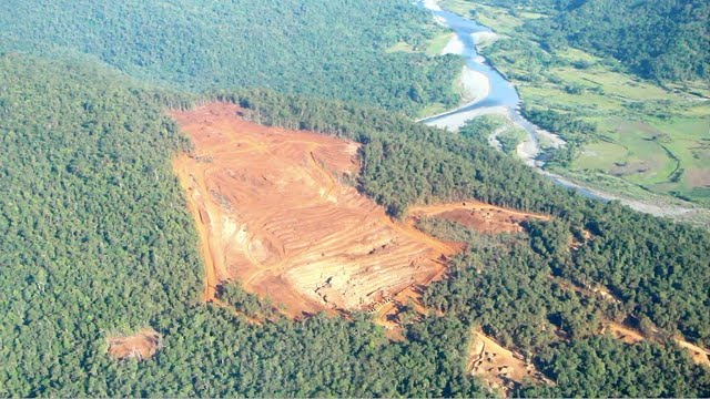 RIVER AT RISK. The mining policy cannot and must not allow operations like this because people suffer (Photo by Gina Lopez)