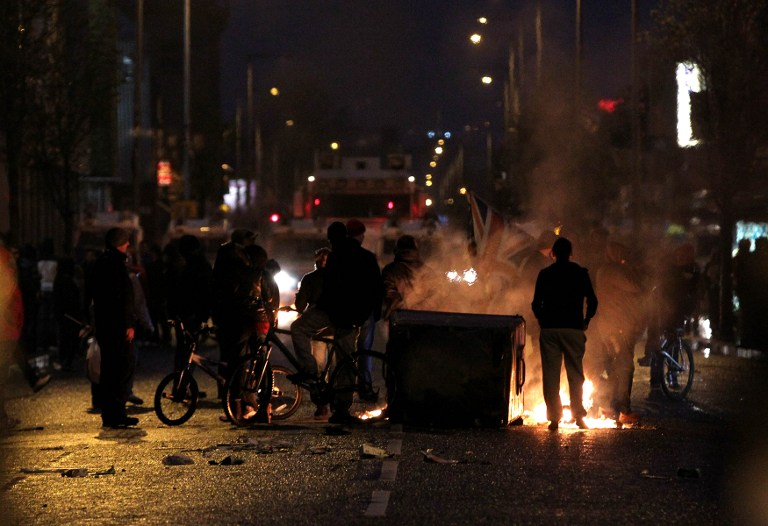 N. IRELAND VIOLENCE. Loyalist protesters burn debris on the lower Newtownards road in Belfast, Northern Ireland on January 5, 2013. AFP PHOTO / PETER MUHLY