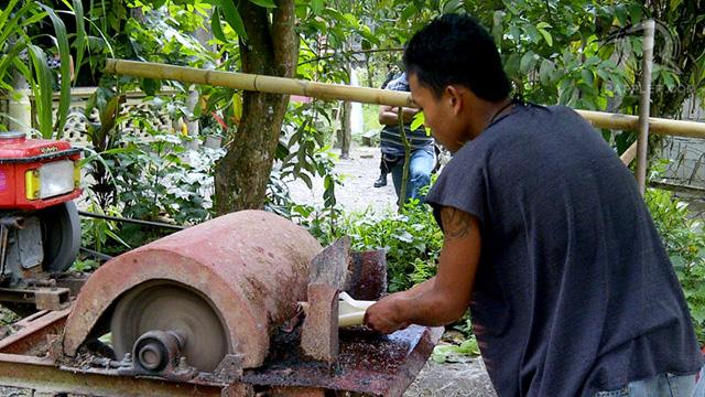 MONEY FROM BANANA. A resident of New Bataan turns banana stalks into fiber; May 2011. Photo by Glenda M. Gloria
