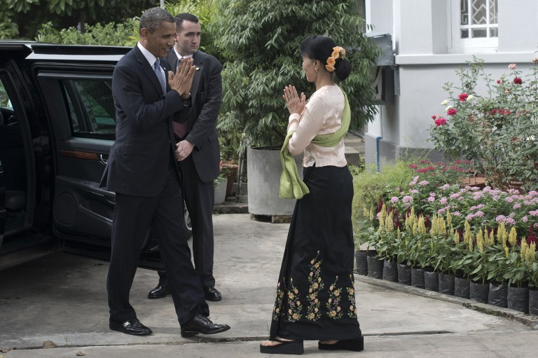 OBAMA MEETS SUU KYI. US President Barack Obama (L) is greeted by Myanmar pro-democracy leader Aung San Suu Kyi (R) at her residence in Yangon on November 19, 2012. AFP PHOTO / Nicolas ASFOURI