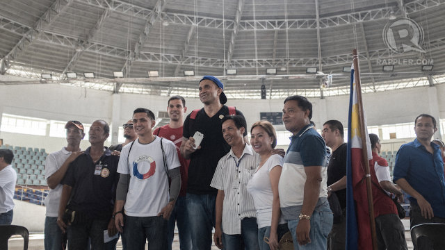 PBA STARS. PBA players Mark Caguioa, Jimmy Alapag, Asi Taulava, and Danny Seigle visit Yolanda victims at Tacloban with PBA Commissioner Chito Salud. Photo by Carlo Gabuco