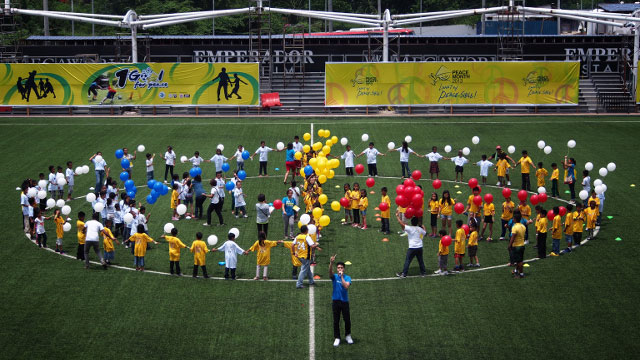 PLEDGE. Elmo and the Azkals together with the kids form a peace circle