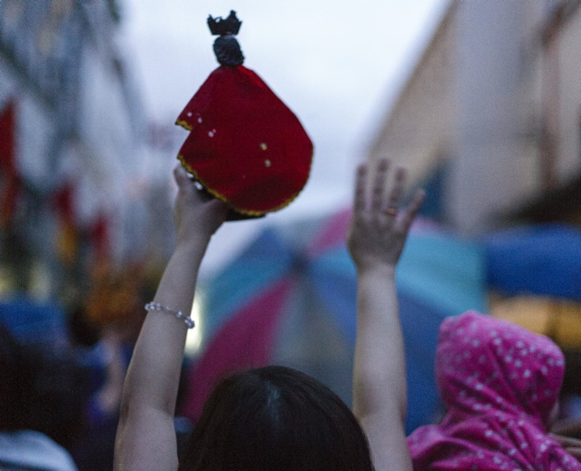 ALL PRAISE. A lady raises her Sto. Niño statue during the procession. Photo by Jon Cabiles