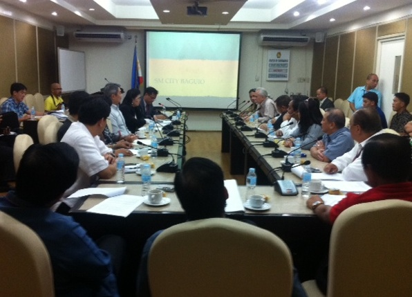 DIALOGUE. Interior secretary Jesse Robredo gathers Baguio stakeholders fighting over the earth-balling of trees