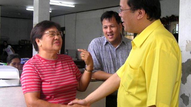 NAGA CITY VISIT. Mayor Jesse Robredo shows then Senator Benigno Aquino III around the city during a visit in September 2009. (Photo from Robredo's Facebook account) 
