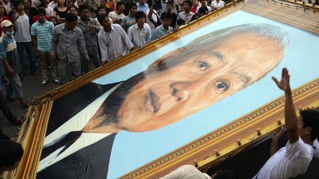 MOURNING. Cambodians mourn in October 2012 after they learned of the death of the former king. File photo by AFP