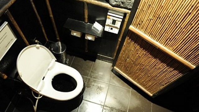 INTIMATE TURNS SOCIAL. Time spent in the toilet becomes longer due to social media use. Photo by AFP