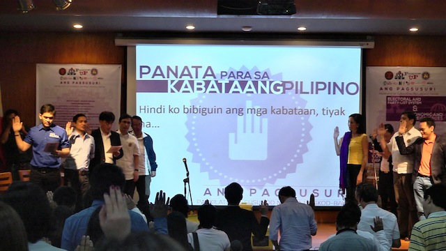 OATH. Senatorial candidates present at the debate in the University of the Philippines on January 18, 2013 sign a pledge listing their electoral promises to the youth. File photo