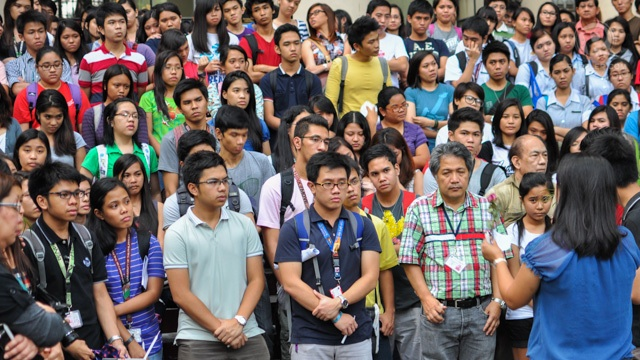 CHANGE. UP Manila students are saddened by news of a fellow-student's death. Photo by Jigs Tenorio