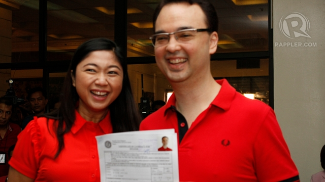HITTING COMELEC. Sen Alan Peter Cayetano files his certificate of candidacy Friday. Photo Don Regachuelo