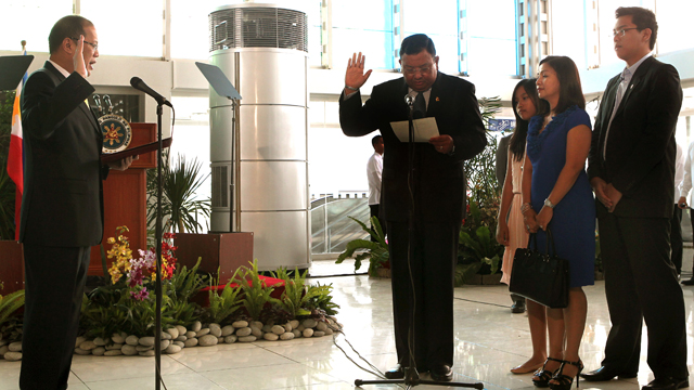 NEW ROLE. President Aquino swears in good friend and Ateneo classmate Jose Rene Almendras in new Malacaang role. Photo by Malacaang