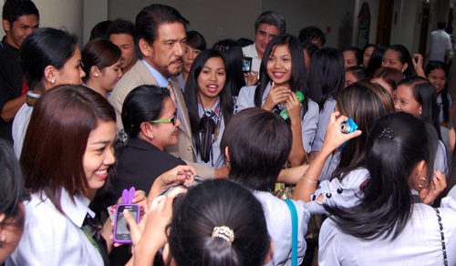 "RH CRITIC. Students greeted Senator Sotto after his ""turno en contra"" speech against the RH bill on Wednesday. Photo by Senate PRIB"