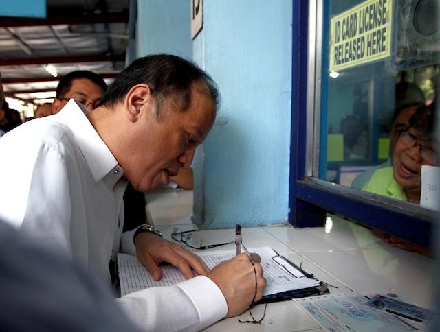 Aquino lines up at LTO, renews driver's license