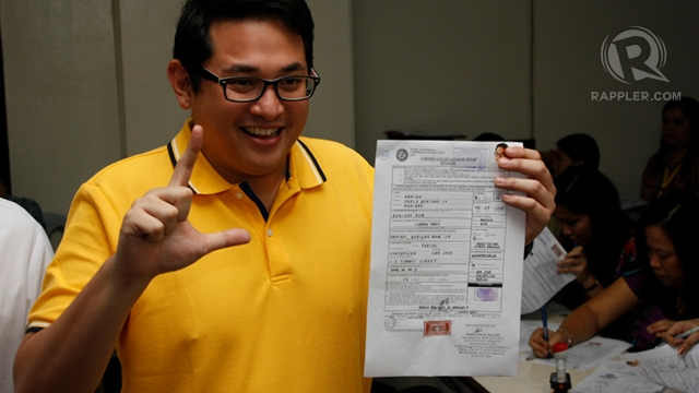 PNOY'S COUSIN. Bam Aquino files his certificate of candidacy at the Comelec. Photo by Don Regachuela
