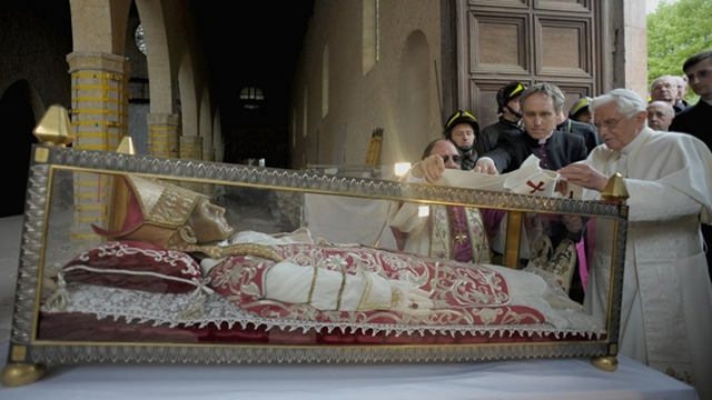 MODEL PREDECESSOR. Benedict XVI is known to frequent the tomb of Celestine V, a 13th-century pope who decreed that pontiffs may quit. File photo from AFP