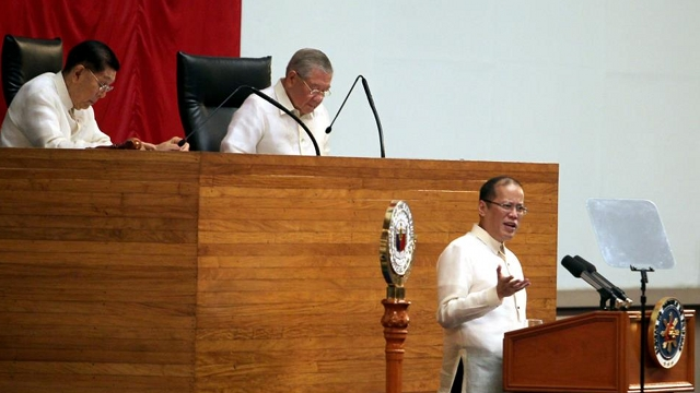 "'RESPONSIBLE PARENTHOOD IS ANSWER.' President Aquino gets a standing ovation for endorsing ""responsible parenthood"" in his 2012 State of the Nation Address to both chambers of Congress. File photo by Malacañang Photo Bureau"