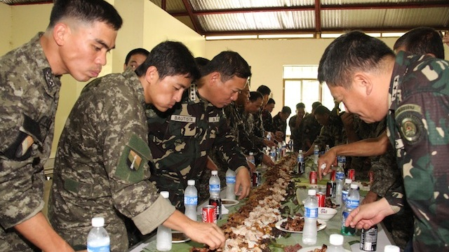 BOODLE FIGHT: Armed Forces Chief Gen Emmanuel Bautista joins operating troops of the Joint Special Operations Group (JSOG) in a boodle fight. JSOG took the lead role in the standoff in Zamboanga City. Photo courtesy of the AFP PAO.