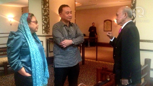 TALKS. Government peace panel members Yasmin Busran-Lao and Mehol Sadain chats with Malaysian facilitator Tengku Dato' Ab Ghafar Tengku Mohamed. Photo by Rappler