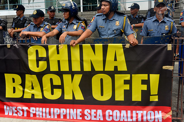 POLICE BARRICADE. Policemen block protesters from going near the building that houses the Chinese consulate. Photo by Rappler/LeANNE Jazul