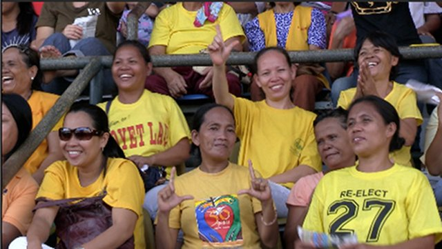 HAPPY CROWD. The crowd in Cagayan de Oro was all smiles as they welcomed Team PNoy. Photo by Natashya Gutierrez.