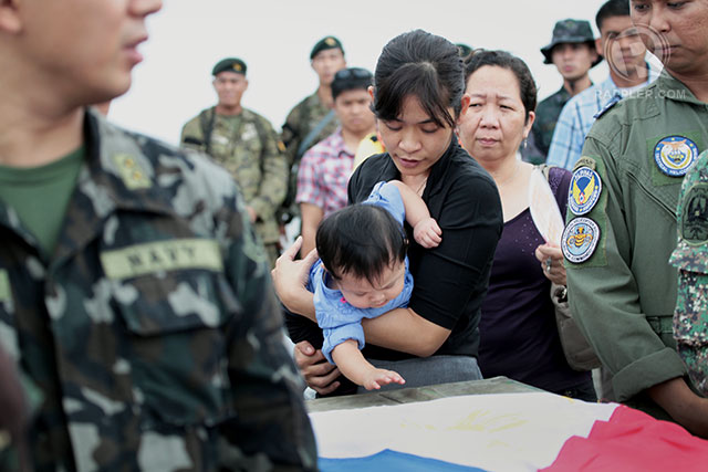 FALLEN SOLDIER: The widow and child of 1Lt Francis Damian. Photo by LeAnne Jazul/Rappler