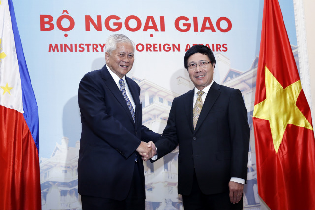 STRATEGIC PARTNERSHIP SEEN. Philippine Foreign Secretary Albert del Rosario (left) shakes hands with Vietnamese Foreign Minister Pham Binh Minh (right) at the Government Guest House in Hanoi, Vietnam July 2, 2014. Photo by Luong Thai Linh/EPA