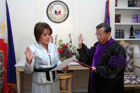 SURPRISE CHOICE. Leila de Lima takes her oath as CHR chairperson before then Chief Justice Reynato Puno. File photo from Supreme Court website
