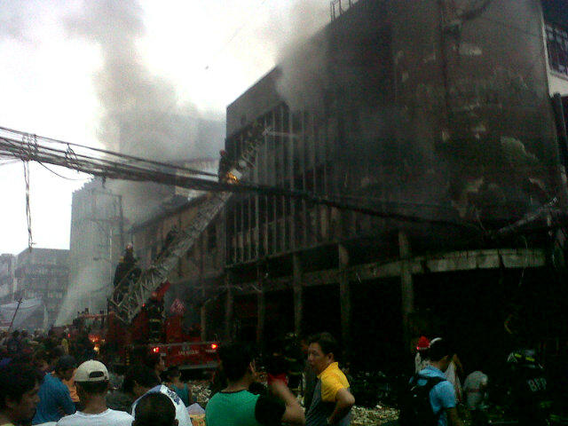 UNDER CONTROL. The fire that started on Christmas Eve and engulfed a 3-story commercial building in Divisoria district has been put under control. Photo from Erwin Aguilon's Twitter account.