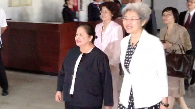 NEW PH AMBASSADOR TO CHINA. Former DFA Undersecretary for Policy Erlinda Basilio (L) meets with Chinese Vice Foreign Minister Fu Ying in Manila on Oct. 19, 2012. Screenshot from video by Carlos Santamaria