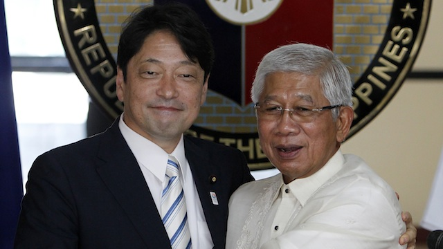 WARM WELCOME. Japanese Defense Minister Itsunori Onodera (L) and Philippine Defense Secretary Voltaire Gazmin (R) pose for photographers during a news conference in Camp Aguinaldo in Quezon City, 27 June 2013. Photo by EPA/Francis R. Malasig