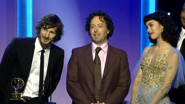 INDIE ARTIST, COMMERCIAL HIT. Gotye (left) receives one of his awards at the 55th Grammys for 'Somebody That I Used to Know' with featured artist Kimbra (right). Photo from the Gotye Facebook page